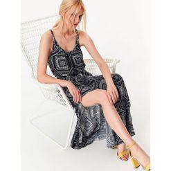 DŁUGA SUKIENKA NA CIENKICH RAMIĄCZKACH Z NADRUKIEM. Szare długie sukienki Top Secret, na jesień, z nadrukiem, eleganckie, z długim rękawem. Za 49,99 zł.
