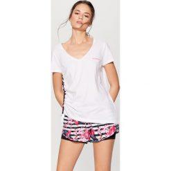 Sportowa koszulka athleisure - Biały. Białe bluzki sportowe damskie marki Mohito, l. W wyprzedaży za 29,99 zł.