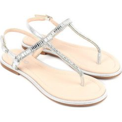 Sandały japonki w kolorze srebrnym. Szare klapki damskie Chika 10. W wyprzedaży za 82,95 zł.