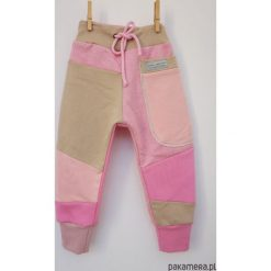 PATCH PANTS spodnie 104 - 152 cm różowe. Czerwone spodnie chłopięce marki Pakamera, z dzianiny. Za 109,00 zł.
