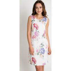 Sukienki hiszpanki: Biała dopasowana sukienka w kwiaty BIALCON