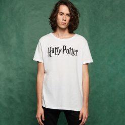 Męski t-shirt Harry Potter - Biały. Czarne t-shirty męskie marki Reserved, l. W wyprzedaży za 29,99 zł.