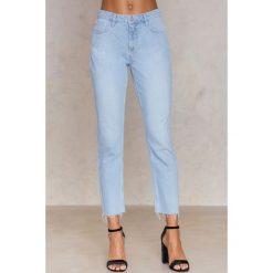 Spodnie z wysokim stanem: NA-KD Jeansy z haftowanym płomieniem - Blue