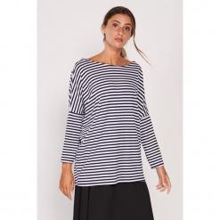 Koszulka w kolorze biało-granatowym ze wzorem. Białe bluzki nietoperze Dioxide, s, w paski, z dekoltem w łódkę, z długim rękawem. W wyprzedaży za 89,95 zł.