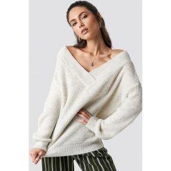Trendyol Sweter z szerokim dekoltem v - Beige. Brązowe swetry oversize damskie Trendyol, z dzianiny. Za 100,95 zł.