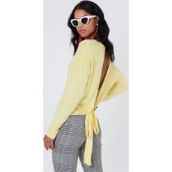 Swetry klasyczne damskie: NA-KD Trend Sweter z wiązaniem z tyłu - Yellow