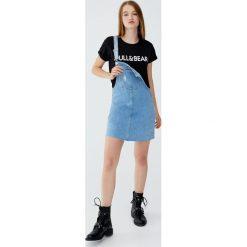 Koszulka z krótkim rękawem i logo. Niebieskie t-shirty damskie marki Pull&Bear. Za 29,90 zł.