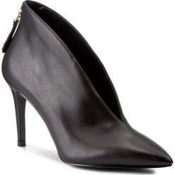 Szpilki GUESS - Boana FLBOA3 LEA09 BLACK. Czarne botki damskie skórzane marki Guess, z aplikacjami. W wyprzedaży za 389,00 zł.