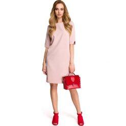 Pudrowa Wizytowa Sukienka z Dekoltem na Plecach. Czerwone sukienki koktajlowe marki Molly.pl, do pracy, na lato, l, z dekoltem na plecach, mini, oversize. Za 129,90 zł.