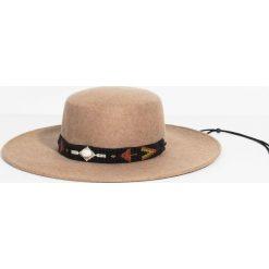 Parfois - Kapelusz. Szare kapelusze damskie Parfois, z aplikacjami, z materiału. W wyprzedaży za 59,90 zł.