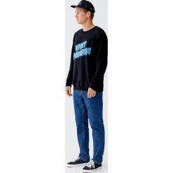 Sweter z kontrastowym napisem. Czarne swetry klasyczne męskie Pull&Bear, m, z napisami, z kontrastowym kołnierzykiem. Za 109,00 zł.