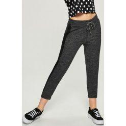 Spodnie dresowe damskie: Spodnie dresowe z lampasami – Szary