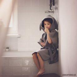 Szlafrok z uszami, tunika kąpielowa. Szare sukienki dziewczęce z falbanami Pakamera, z bawełny. Za 95,00 zł.
