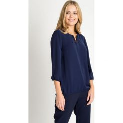 Bluzki damskie: Granatowa bluzka z ozdobnymi igłami QUIOSQUE