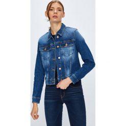 Guess Jeans - Kurtka Adelya. Niebieskie kurtki damskie jeansowe marki Guess Jeans, l, z aplikacjami. W wyprzedaży za 439,90 zł.