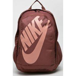 Nike Sportswear - Plecak. Różowe plecaki męskie marki Nike Sportswear, l, z nylonu, z okrągłym kołnierzem. Za 169,90 zł.