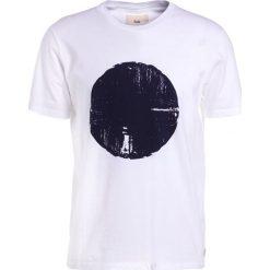 Folk MESA TEE Tshirt z nadrukiem white blue denim. Białe koszulki polo Folk, m, z nadrukiem, z bawełny. Za 349,00 zł.
