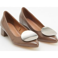 Czółenka na niskim obcasie - Brązowy. Brązowe buty ślubne damskie marki Reserved, na niskim obcasie. Za 119,99 zł.