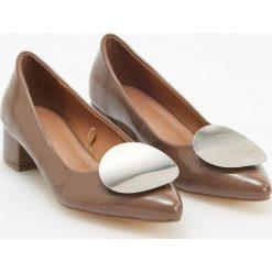 Czółenka na niskim obcasie - Brązowy. Czarne buty ślubne damskie marki Kazar, ze skóry, na niskim obcasie, na obcasie. Za 119,99 zł.