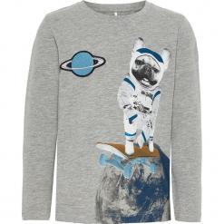 """Koszulka """"Racko"""" w kolorze szarym. Szare t-shirty chłopięce z długim rękawem Name it Kids, z aplikacjami, z bawełny. W wyprzedaży za 32,95 zł."""