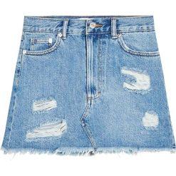 Krótka spódnica jeansowa z przetarciami. Niebieskie minispódniczki Pull&Bear, z jeansu. Za 79,90 zł.