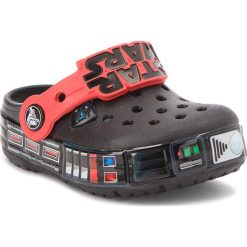 Klapki CROCS - Cb Darth Vader Lights Clg K 205009 Black. Czarne klapki chłopięce marki Crocs, z tworzywa sztucznego. W wyprzedaży za 159,00 zł.