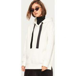 Bluza z kapturem - Kremowy. Białe bluzy z kapturem damskie marki Reserved, l. W wyprzedaży za 39,99 zł.