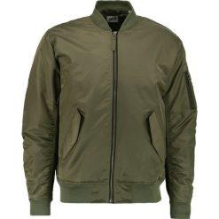 Edwin FLIGHT Kurtka Bomber olive drab. Zielone kurtki męskie bomber Edwin, l, z materiału. W wyprzedaży za 419,50 zł.