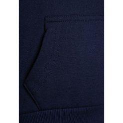 Bench RAINBOW CORP HOODY Bluza z kapturem maritime blue. Niebieskie bluzy dziewczęce rozpinane Bench, z bawełny, z kapturem. W wyprzedaży za 152,10 zł.