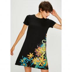 Desigual - Sukienka. Szare sukienki dzianinowe marki Desigual, na co dzień, l, z nadrukiem, casualowe, z okrągłym kołnierzem, z krótkim rękawem, mini, proste. Za 299,90 zł.