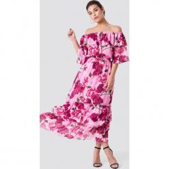 NA-KD Boho Sukienka maxi z odkrytymi ramiona - Pink. Niebieskie długie sukienki marki NA-KD Boho, na imprezę, w koronkowe wzory, z koronki, boho, na ramiączkach. Za 121,95 zł.