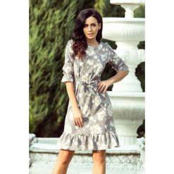 Sukienki: Elsie Sukienka z falbankami i paskiem - JASNE KWIATY NA SZARYM TLE