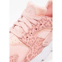 Nike Sportswear HUARACHE RUN SE (GS) Tenisówki i Trampki coral stardust/rust pink/light brown. Pomarańczowe trampki dziewczęce Nike Sportswear, z materiału. W wyprzedaży za 356,15 zł.