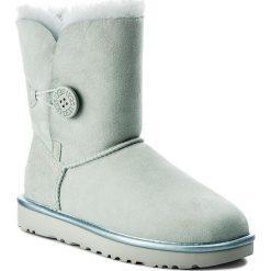 Buty UGG - W Bailey Button II Metallic 1019033 W/Irg. Szare buty zimowe damskie marki Ugg, z materiału, z okrągłym noskiem. Za 949,00 zł.