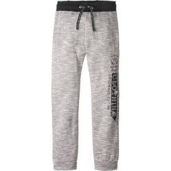 Spodnie dresowe z nadrukiem bonprix czarno-biały melanż. Szare dresy chłopięce bonprix, melanż, z dresówki. Za 37,99 zł.
