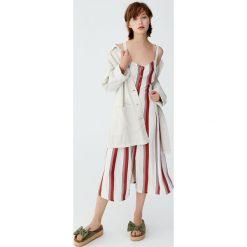 Sukienka midi w paski z guzikami. Szare sukienki z falbanami Pull&Bear, w paski, midi. Za 139,00 zł.