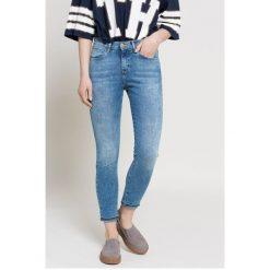 Wrangler - Jeansy. Niebieskie jeansy damskie Wrangler, z aplikacjami, z bawełny, z podwyższonym stanem. W wyprzedaży za 179,90 zł.