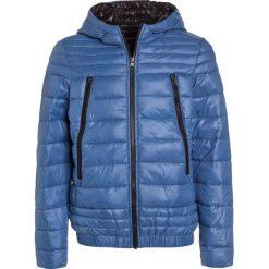 Sisley Kurtka zimowa blue. Niebieskie kurtki chłopięce zimowe Sisley, z materiału. W wyprzedaży za 174,30 zł.