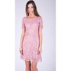 Pudrowa koronkowa sukienka  QUIOSQUE. Czerwone sukienki balowe marki QUIOSQUE, na co dzień, w koronkowe wzory, z dzianiny, z krótkim rękawem, mini. W wyprzedaży za 79,99 zł.