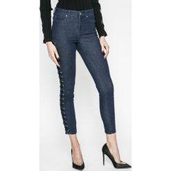 Guess Jeans - Jeansy 1981. Niebieskie jeansy damskie marki Guess Jeans, z aplikacjami, z bawełny. W wyprzedaży za 449,90 zł.