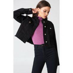 NA-KD Trend Krótka kurtka jeansowa - Black. Białe kurtki damskie jeansowe marki NA-KD Trend, z nadrukiem, z okrągłym kołnierzem. Za 202,95 zł.