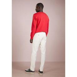 Polo Ralph Lauren SLIM FIT NEWPORT PANT Spodnie materiałowe chic cream. Brązowe rurki męskie Polo Ralph Lauren, z bawełny. Za 629,00 zł.