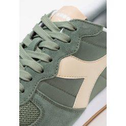 Diadora Tenisówki i Trampki elm green/bleached sand. Zielone tenisówki damskie Diadora, z materiału. Za 379,00 zł.