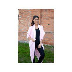 Różowy sweter damski, elegancki długi sweter asymetryczny, gruby, zimowy kardigan. Czerwone kardigany damskie ekoszale. Za 189,00 zł.