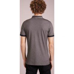 LAGERFELD Tshirt z nadrukiem black. Czarne koszulki polo marki LAGERFELD, m, z nadrukiem, z bawełny. W wyprzedaży za 356,30 zł.