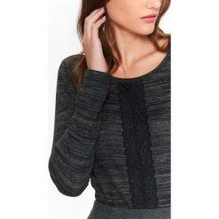 SWETER DŁUGI RĘKAW DAMSKI, KLASYCZNY Z KORONKĄ. Czarne swetry klasyczne damskie marki Top Secret, na jesień, z koronki, z klasycznym kołnierzykiem. Za 49,99 zł.