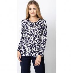 Kremowy sweter w kwiaty QUIOSQUE. Białe swetry klasyczne damskie QUIOSQUE, na jesień, z jeansu, z klasycznym kołnierzykiem. W wyprzedaży za 69,99 zł.