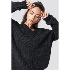 Trendyol Sweter z szerokim dekoltem v - Grey. Szare swetry oversize damskie marki Vila, l, z bawełny, z okrągłym kołnierzem. Za 100,95 zł.