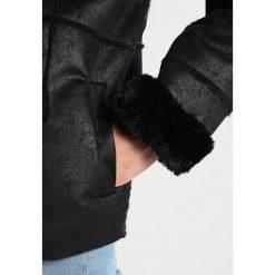 Modström BLOSSOM Kurtka ze skóry ekologicznej black. Czarne kurtki damskie marki NOFX, s, z nadrukiem, z okrągłym kołnierzem. W wyprzedaży za 519,35 zł.