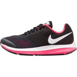 Nike Performance ZOOM WINFLO 4 Obuwie do biegania treningowe black/white/racer pink. Czarne buty sportowe dziewczęce Nike Performance, z materiału, do biegania. W wyprzedaży za 251,10 zł.